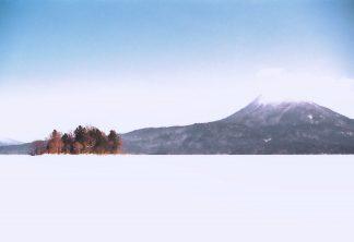 阿寒湖から望むヤイタイ島と雄阿寒岳(北海道:1998年2月)
