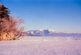 屈斜路湖和琴半島から望む藻琴山(北海道:1998年2月)
