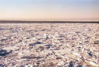 知床半島ウトロから望むオホーツク海の流氷(北海道:1998年2月)