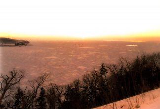 知床半島プユニ岬付近から望むオホーツク海の流氷(北海道:1998年2月)
