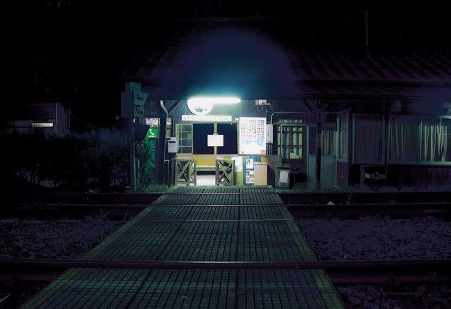 乗降客も居ない駅の待合室を照らし続ける灯りが印象的な小和田駅舎