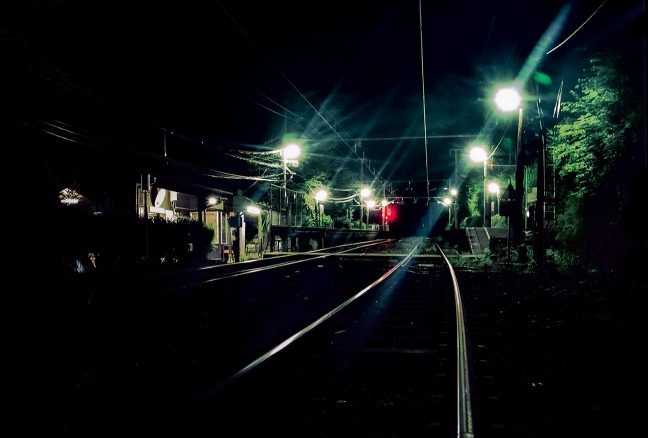山林と峡谷に囲まれた駅に訪れるのは夜の帳だけ