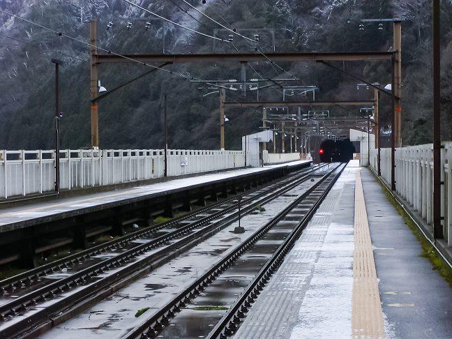 トンネルに挟まれた保津峡駅
