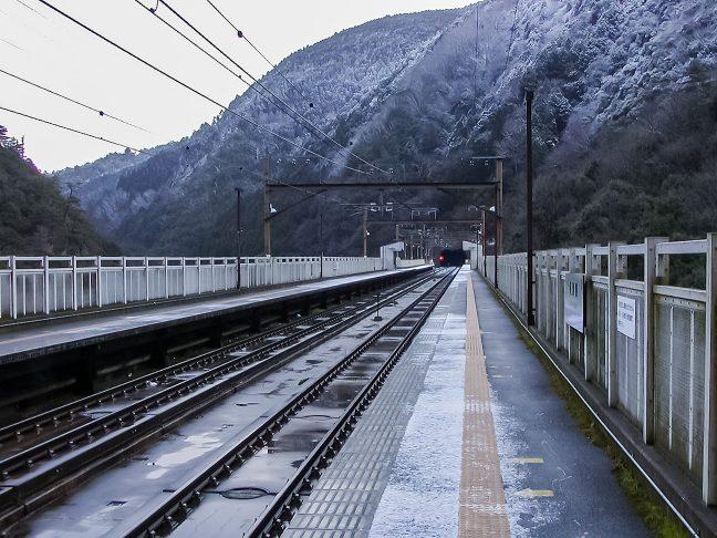 薄っすらと雪化粧した保津峡の山並み