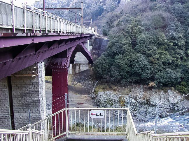 下り線ホームには橋梁下の通路を潜ってアクセスする