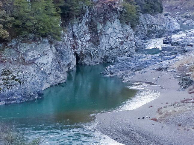 川下りで名を馳せる保津川の峡谷を眼下に望む