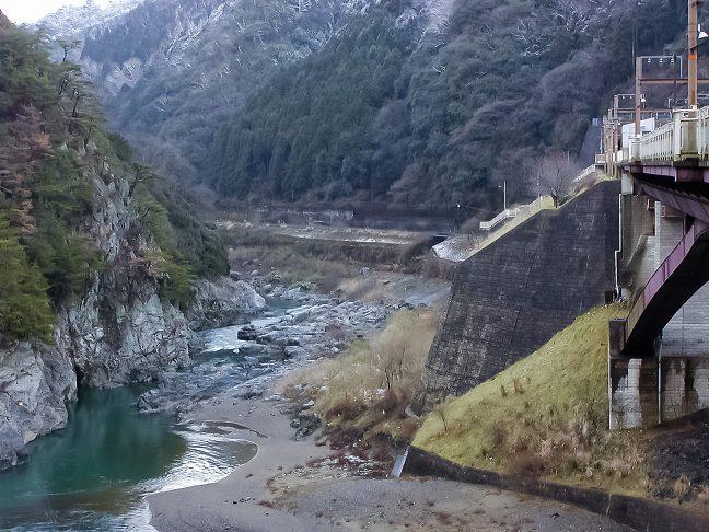保津峡駅からは嵯峨野観光鉄道に転用された旧線が遠くに見える