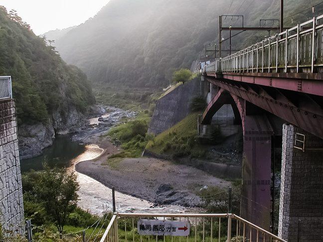 朝もやの中、川のせせらぎの音だけが無人境に響いていた