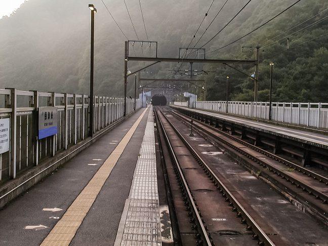 早朝の保津峡駅のホームに人影は見られない