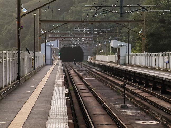 ホームの末端から直ぐにトンネルが始まる