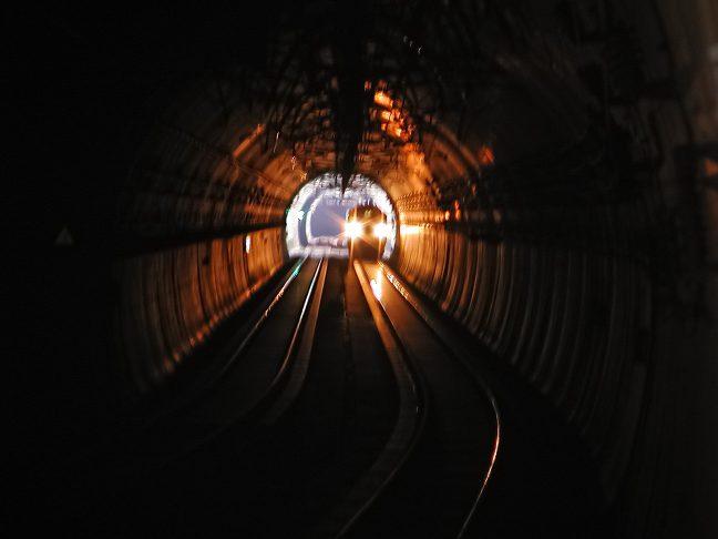 保津峡駅前後の区間はトンネルが連続する