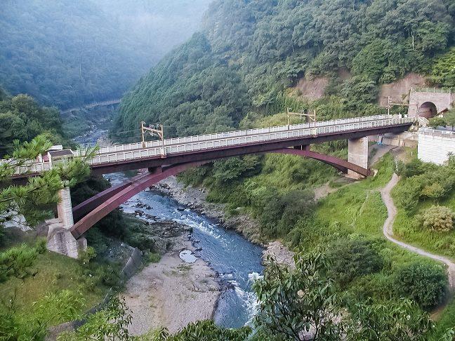 保津川を跨ぐ橋梁の上に旧線を見下ろしながら設けられた保津峡駅