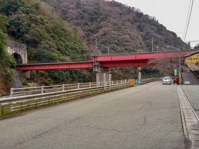 武田尾駅で旧線跡の車道を新線がオーバークロスする