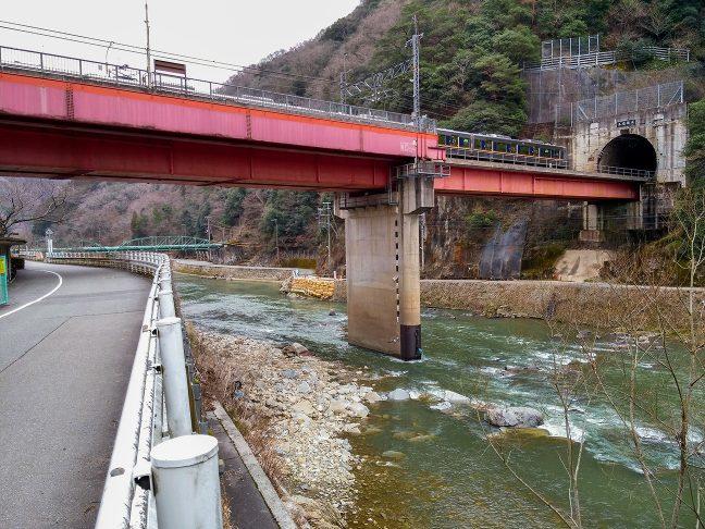 半トンネル橋上駅の武田尾駅を出発する普通列車