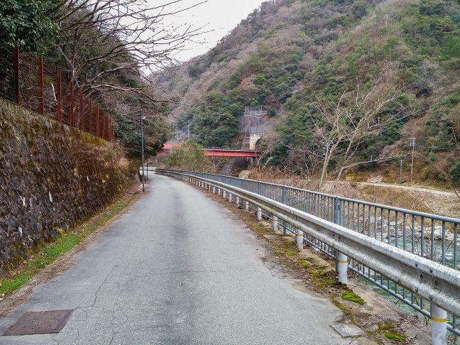 武庫川渓谷に沿った旧線跡から、新線の橋梁を遠望する