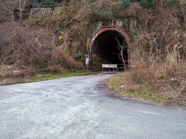 旧線のトンネルがバスの転回用ルートに転用されていた