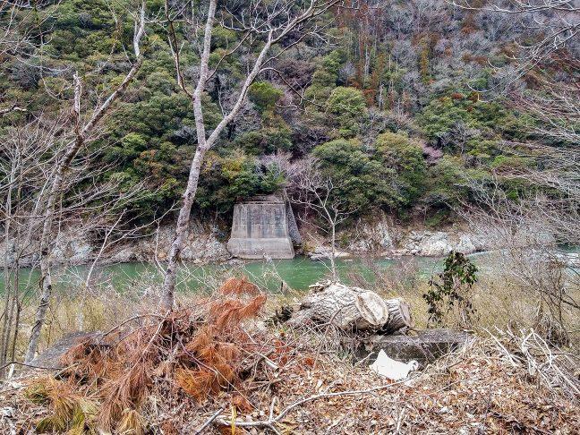 武田尾温泉を過ぎた所に残る旧線の橋梁跡