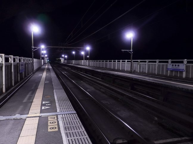 明かりの灯る保津峡駅には、保津川のせせらぎの音だけが響く