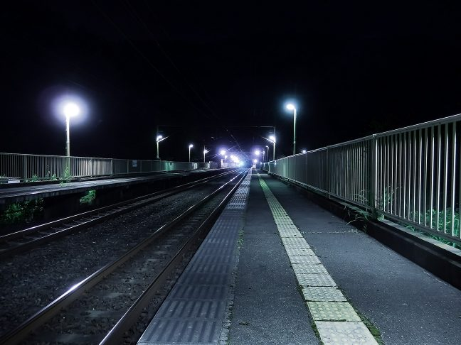 都市近郊の駅らしく、保津峡駅のホームは長い