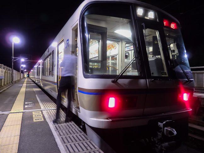京都行きの上り普通列車を見送る