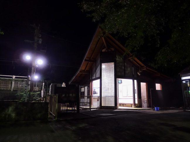 無人境にひっそりと佇む保津峡駅舎