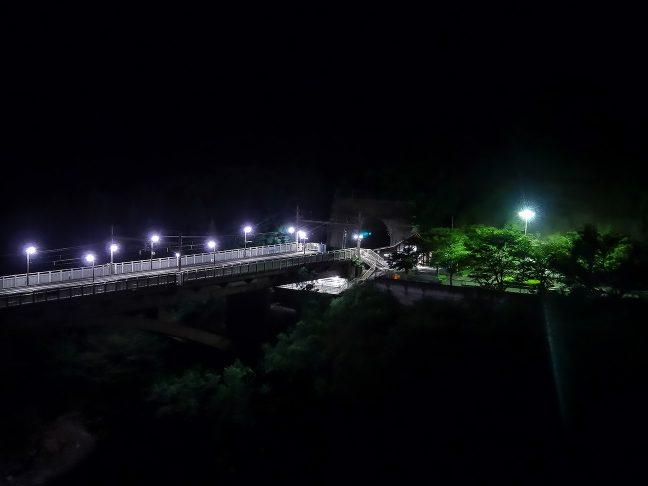 真っ暗な山中を保津峡駅の明かりが煌々と照らす