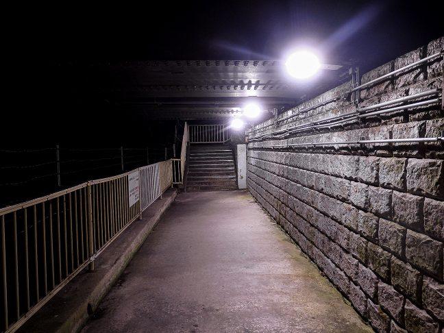 下り線にアクセスするホーム下の通路