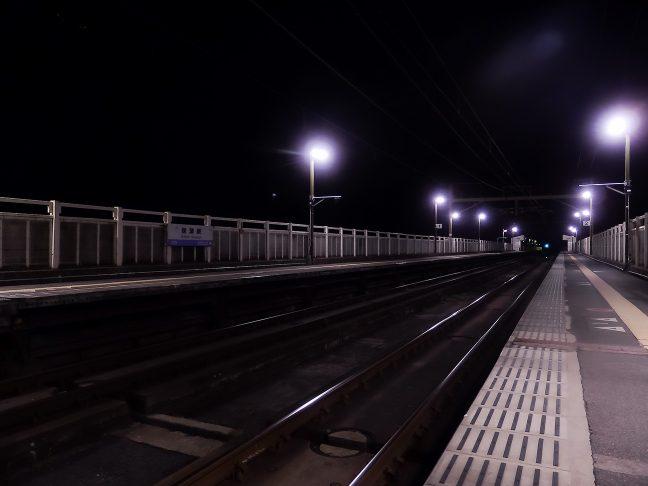 夜更けの保津峡駅を訪れるのは夜の帳だけ