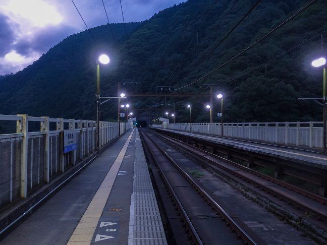 京都西山の嵐気の中で迎えた保津峡駅の黎明
