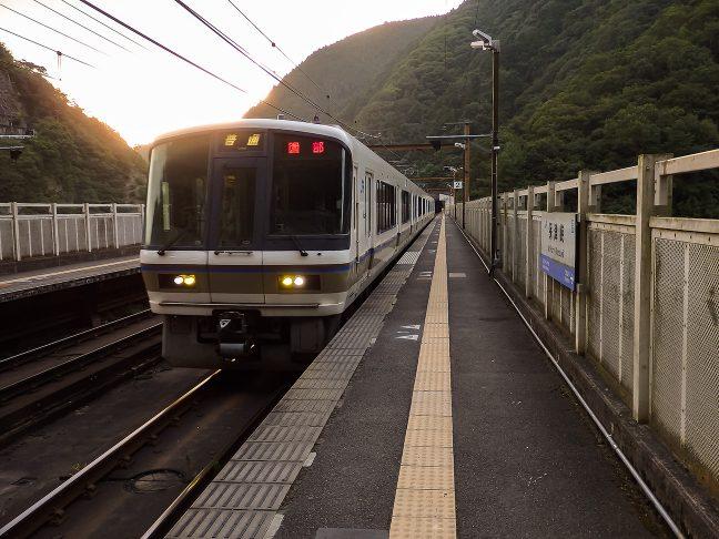 園部行きの普通列車で保津峡駅を後にする