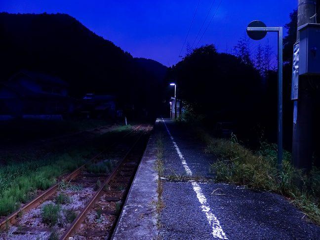 単行気動車のエンジン音が山峽に遠ざかる、駅には静けさだけが訪れる