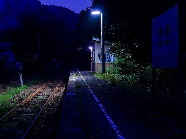 内名駅には駅舎はなく、ホームに待合室が1室あるのみ