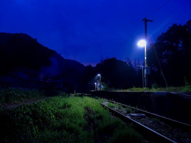 ホームの明かりに照らされる内名駅の孤影が旅情をそそる