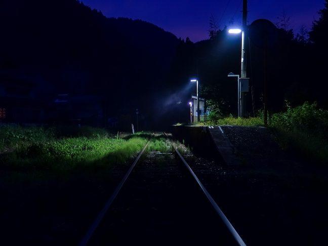 焚き火の煙がたなびき印象的な内名駅の夕暮れ
