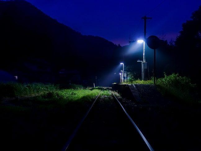 日没の名残が少しずつ消え、谷間に夜の帳が降りてくる