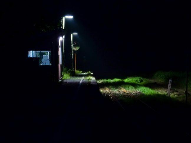 とっぷり暮れた闇の中に内名駅が浮かんでいた