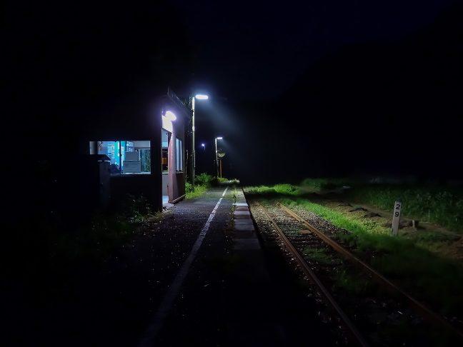 旅情駅のホームで一人佇み旅の余韻に浸る