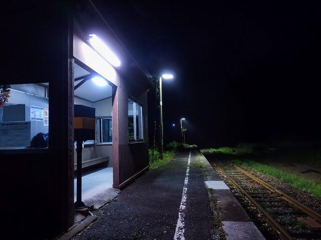 駅の待合室は開放式だが小綺麗に片付いていた