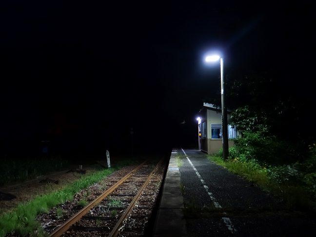 闇夜に吸い込まれていくような2条の鉄路