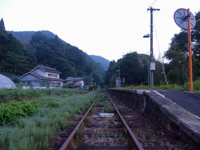 山の嵐気に包まれる早朝の内名駅