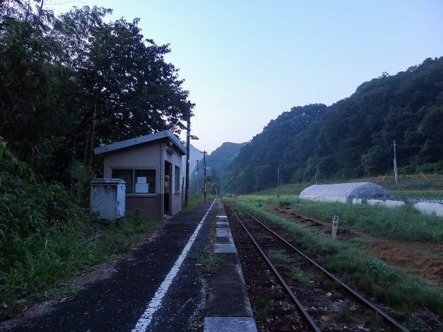 駅前は山林と畑に囲まれて長閑な雰囲気