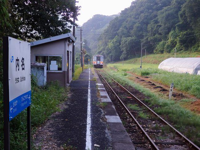 一日三往復の単行気動車に乗って内名駅を旅立つ