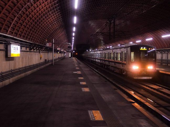 大阪近郊の都市間輸送圏内で、旅客列車の運転本数は多い
