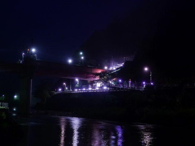 黎明の気配が漂い始めた夜明け前の武田尾駅