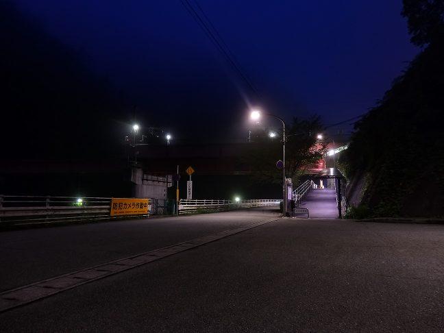武田尾駅入り口は、旧線を転用した車道の脇から歩道を登った先にある