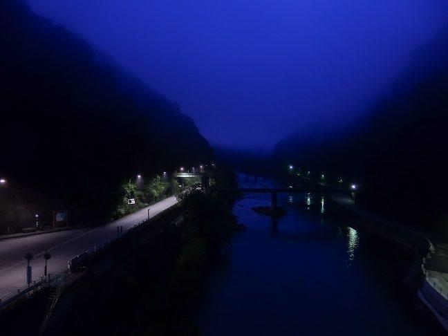 朝霧に包まれる武庫川と武田尾駅。向かって左の車道が旧線跡