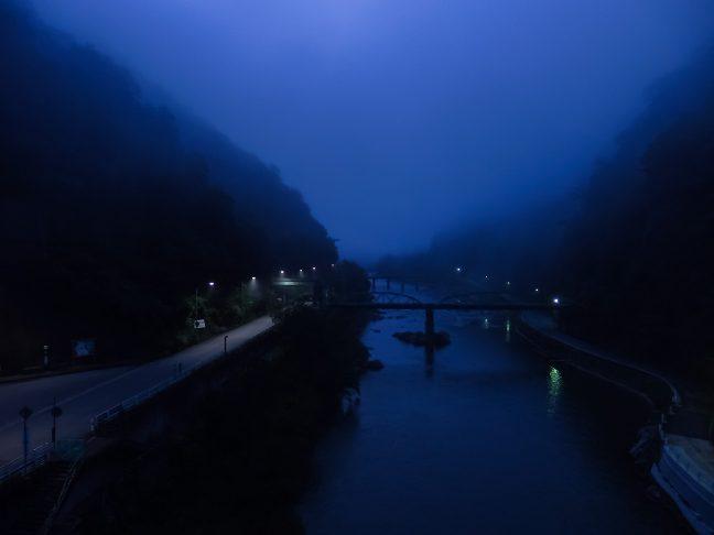 黎明ブルーの大気の底で嵐気に包まれる