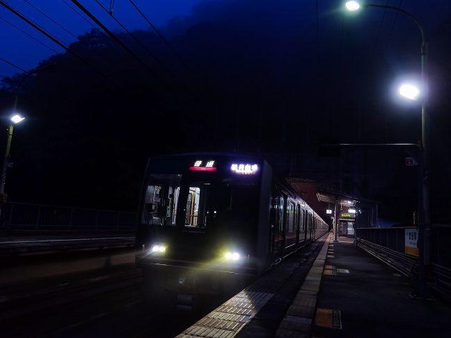 到着した松井山手行きの普通列車に乗って駅を後にした