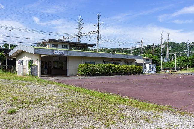 駅舎内には改札窓口もあるが、無人化されていて、駅係員はホーム上の事務所に駐在しているのみ