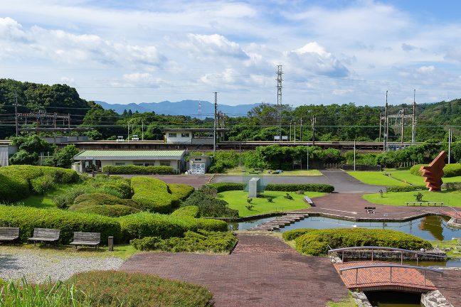 駅の正面に「東青山四季のさと」の園地が広がっている